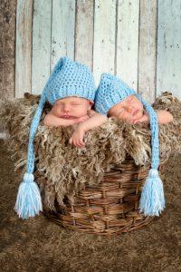 Zwillinge mit Mütze