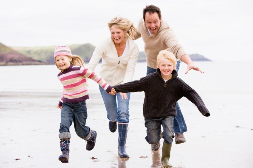 Gemeinsam in der Familie lachen löst Spannungen
