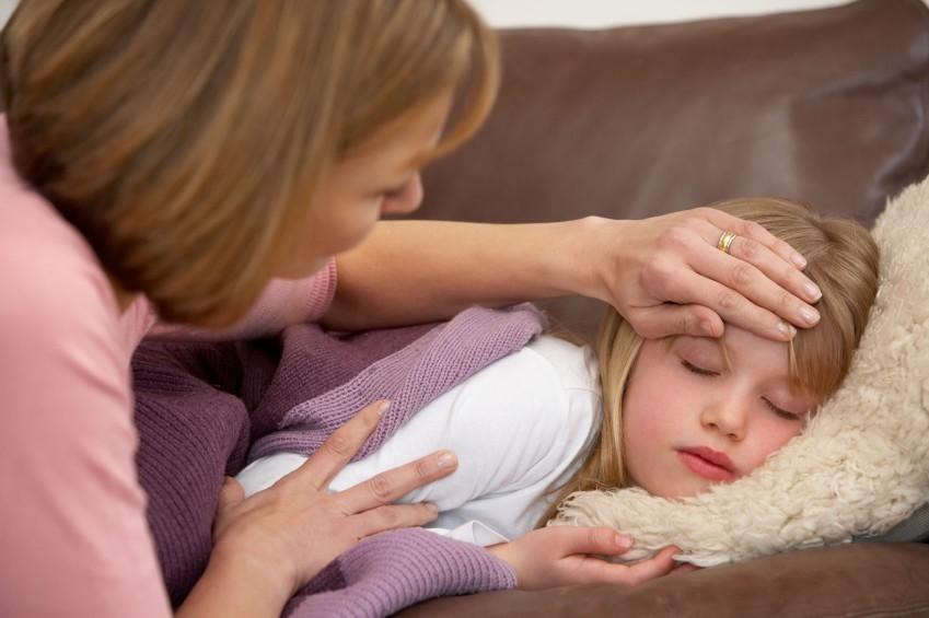 Mutter-misst-Fieber-bei-Tochter