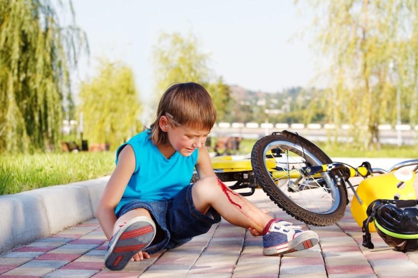 Junge-mit-aufgeschlagenem-Knie-nach-Fahrradsturz