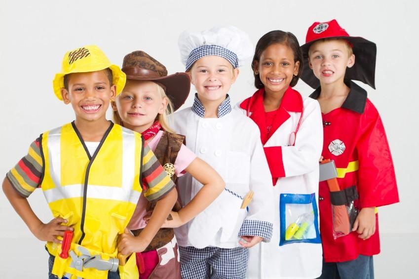 Kinder in Kostümen für Fasching