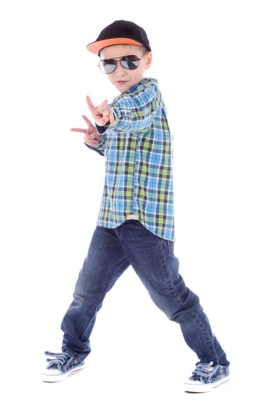 Junge mit Rapper-Kostüm