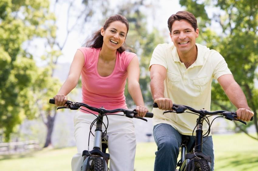 Pärchen beim Fahrradfahren