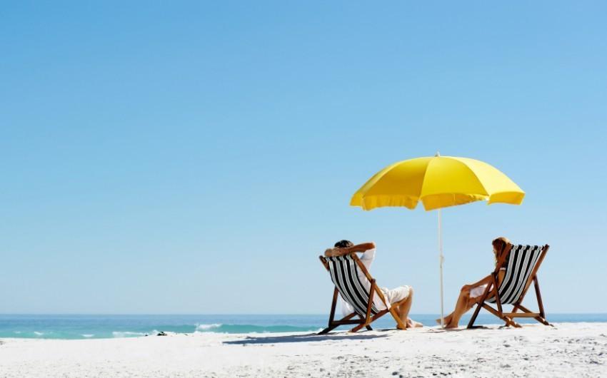 Pärchen beim Entspannen am Strand