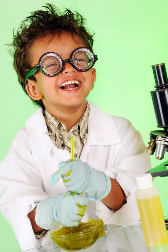 Kind beim Experimentieren