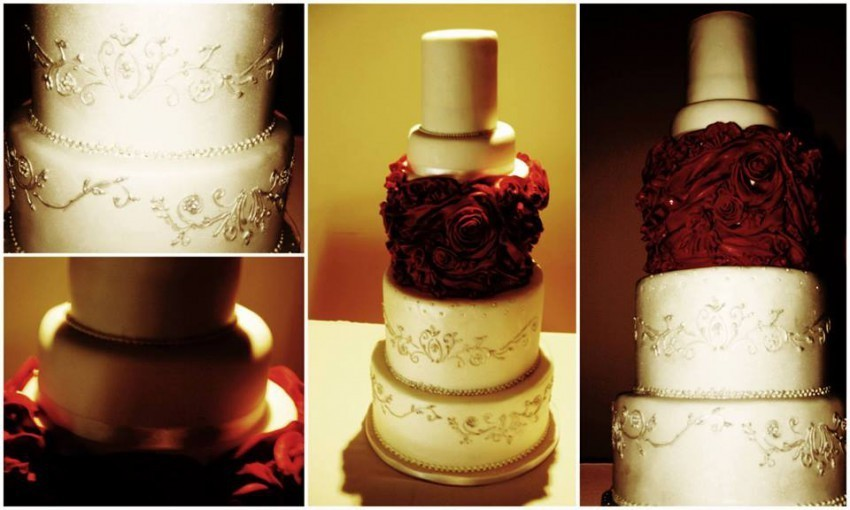 Hochzeitsorte mit roten Rosen und weißem Zylinder