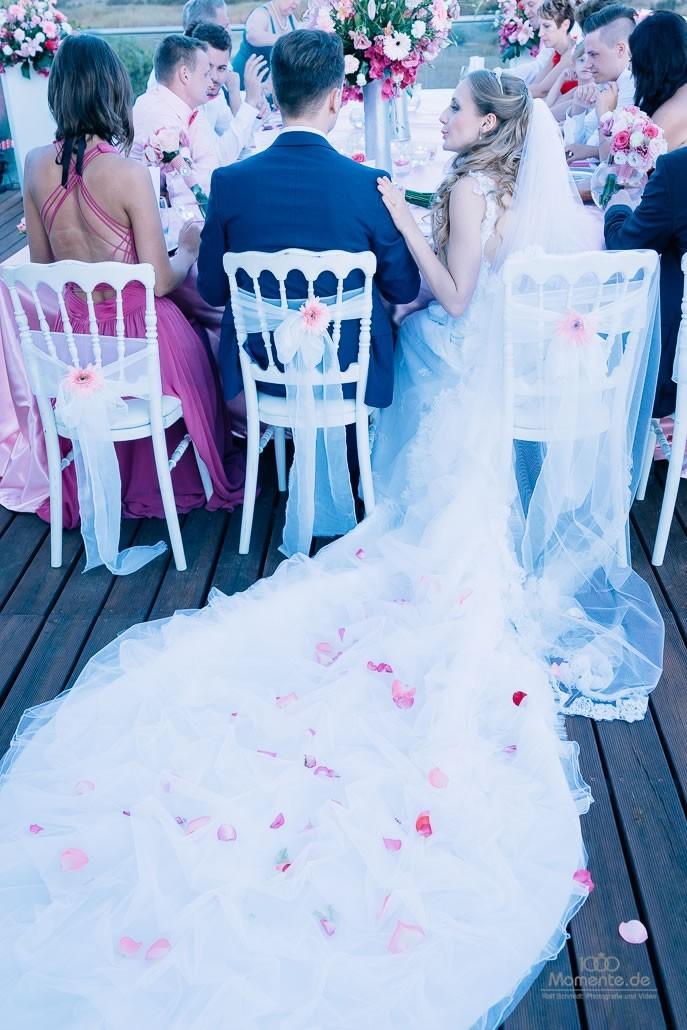 Das Hochzeitsbankett unter freiem Himmel.