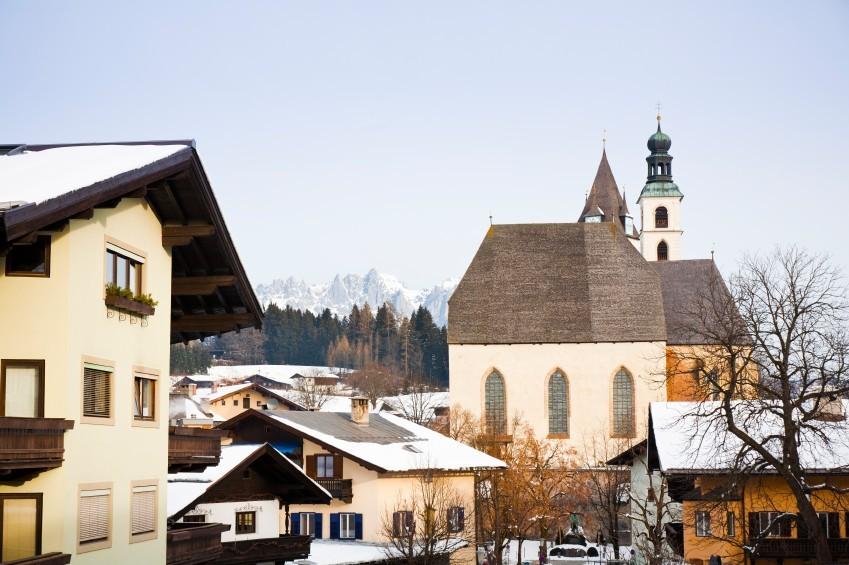 Kitzbühel lockt im Winter wie im Sommer die Prominenz - und mit seinem exklusiven Ambiente und schönen Kirchen auch Brautpaare.