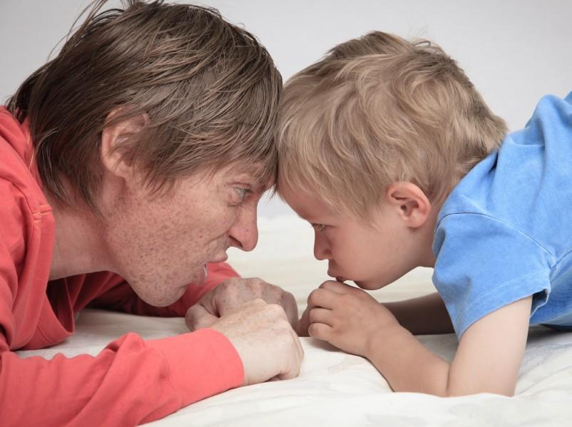 Vater und Sohn im Konflikt Stirn an Stirn