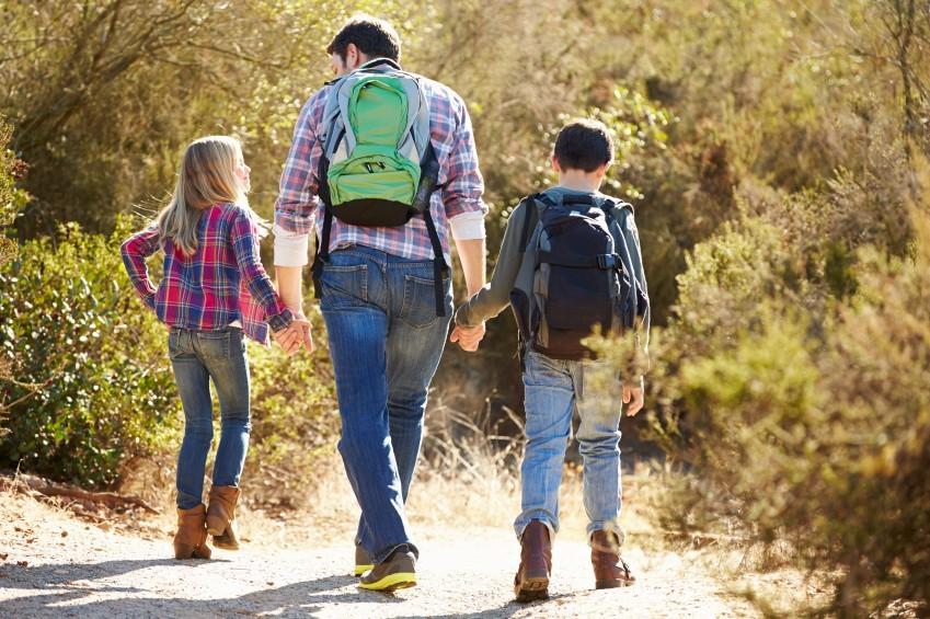 Vater auf Wanderung mit Tochter und Sohn
