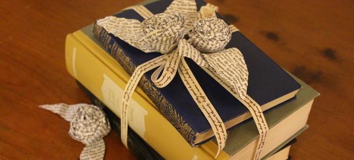 Tischdeko aus Büchern und Papierrosen