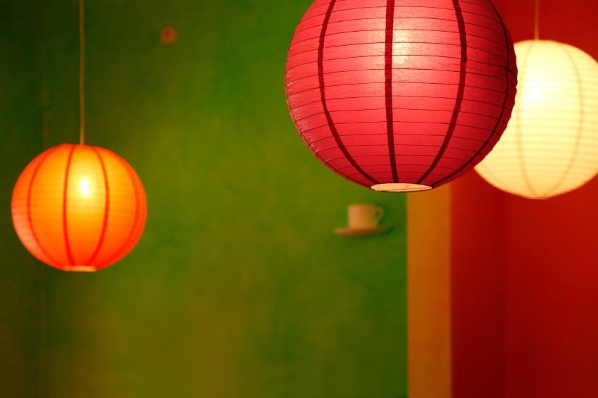 Deckenlampions in rot, orange und gelb