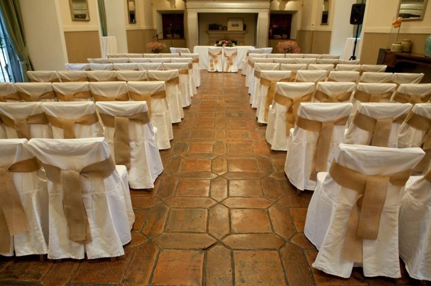 Mittelgang einer zur Hochzeit hergerichteten Kirche
