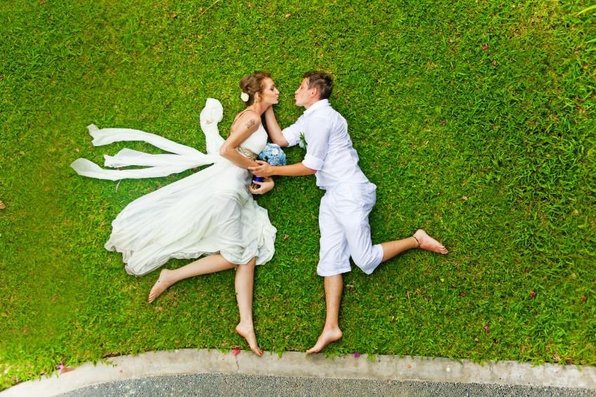 Brautpaar auf einer Wiese