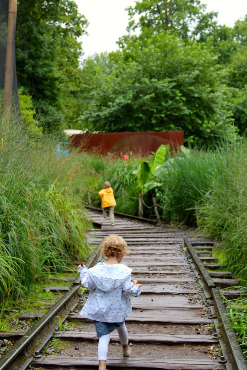 Sophie's Kinder auf verlassenen Schienen im Park