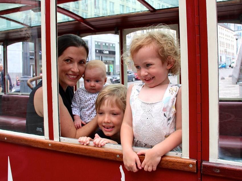 Sophie mit allen drei Kindern in der Trambahn