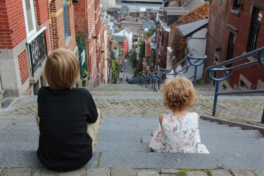 Sophie's Kinder am Kopf einer Treppe in Lüttich