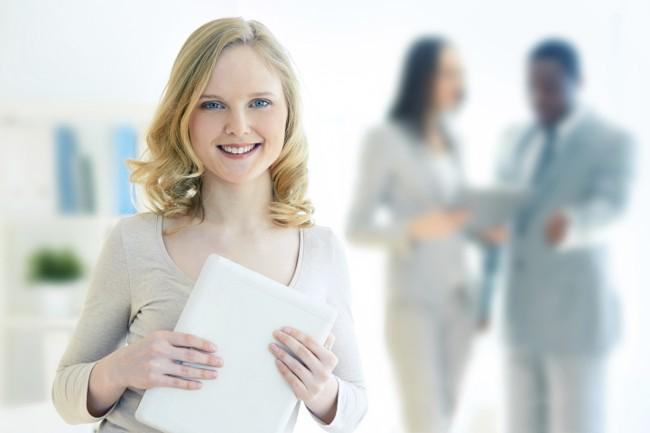 Schülerin hält ihr Praktikumszeugnis in der Hand