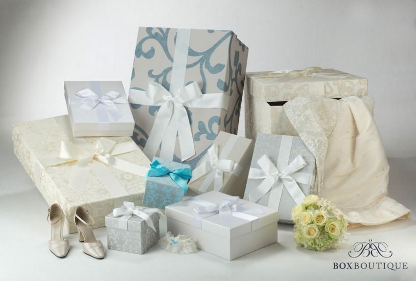Boxen in verschiedenen Größen und Fraben für dein Brautkleid.