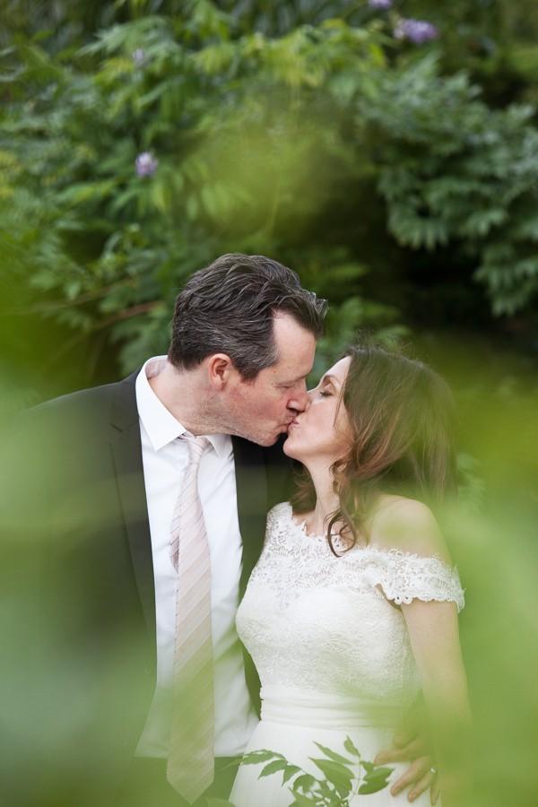 Der Garten ist ein idealer Ort für Hochzeitsfotos.