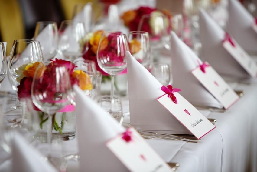 Ein paar Blüten in kleinen Vasen - fertig ist die Tischdekoration.