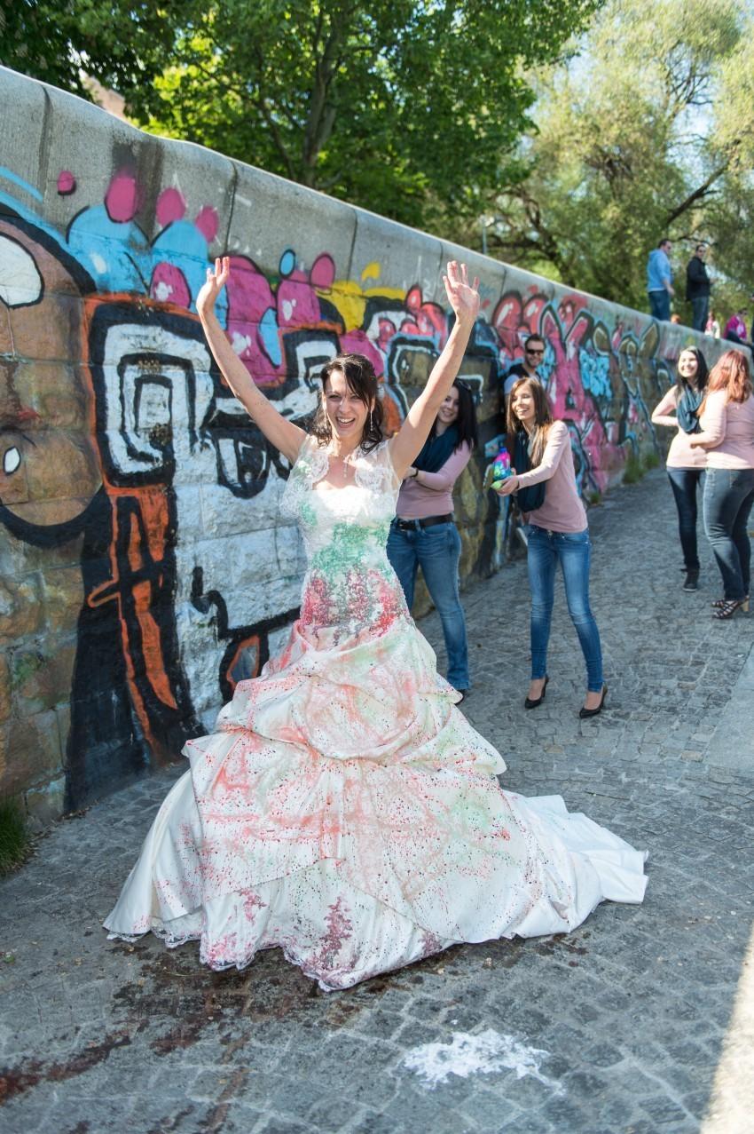 Farbaction auf Christinas Brautkleid.