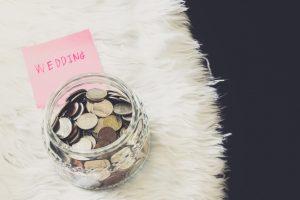 Wer an der richtigen Stelle spart, kann auch mit weniger Geld den Wunsch von der Traumhochzeit wahr werden lassen!