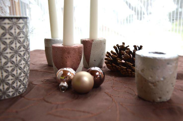 Die Kerzenhalter von Fanelia wurden mit Klebeband abgeklebt und in metallischen Tönen besprüht. Das Endprodukt erinnert mit seiner schlicht-geometrischen Optik an skandinavisches Design.