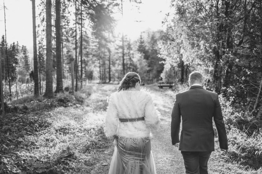 Brautpaar laufend-Hochzeit nicht in weiß