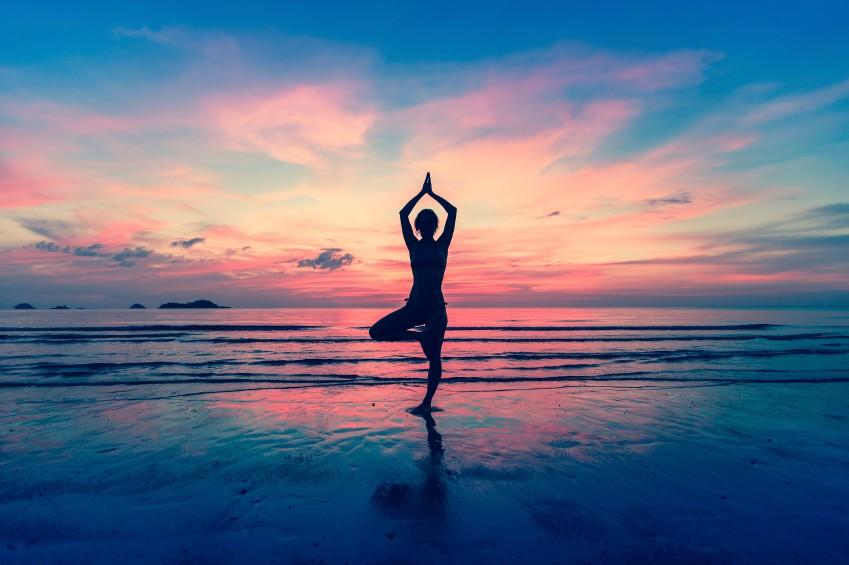 Wieder in ein gesundes Körpergefühl zurückfinden und ein paar Momente mit sich selbst verbringen: Yoga nach der Geburt kann dabei helfen.