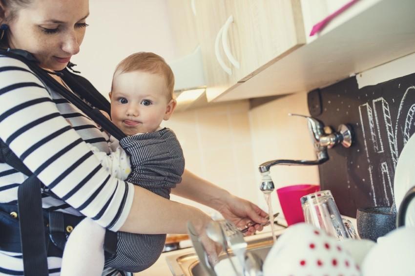 Babytragen beim Haushalt