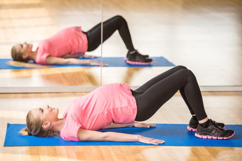 Rücken und Beckenbodenmuskulatur könnt Ihr mit dieser Position stärken – der Schulterbrücke. Empfohlen bis zur 34. SSW.