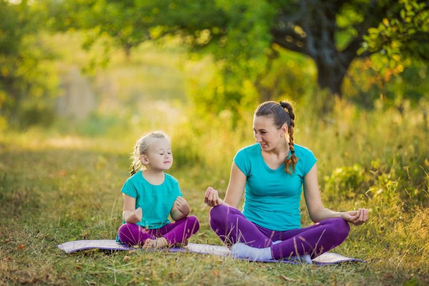 Kleine Kinder sind neugierig und wollen wissen, was Mama da macht. Die Kleinen in eure Yoga-Übungen zu integrieren ist leichter als ihr denkt!