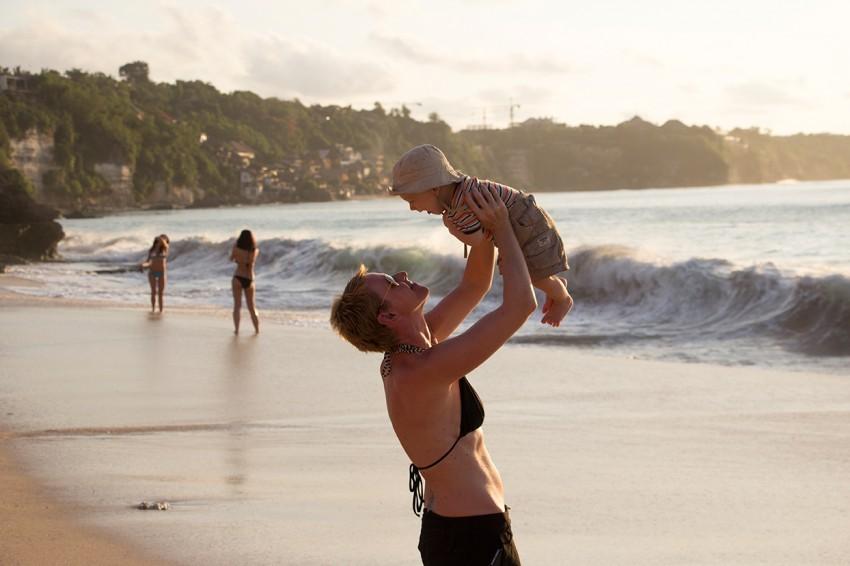 Gabriela mit Sohn am Strand auf Bali