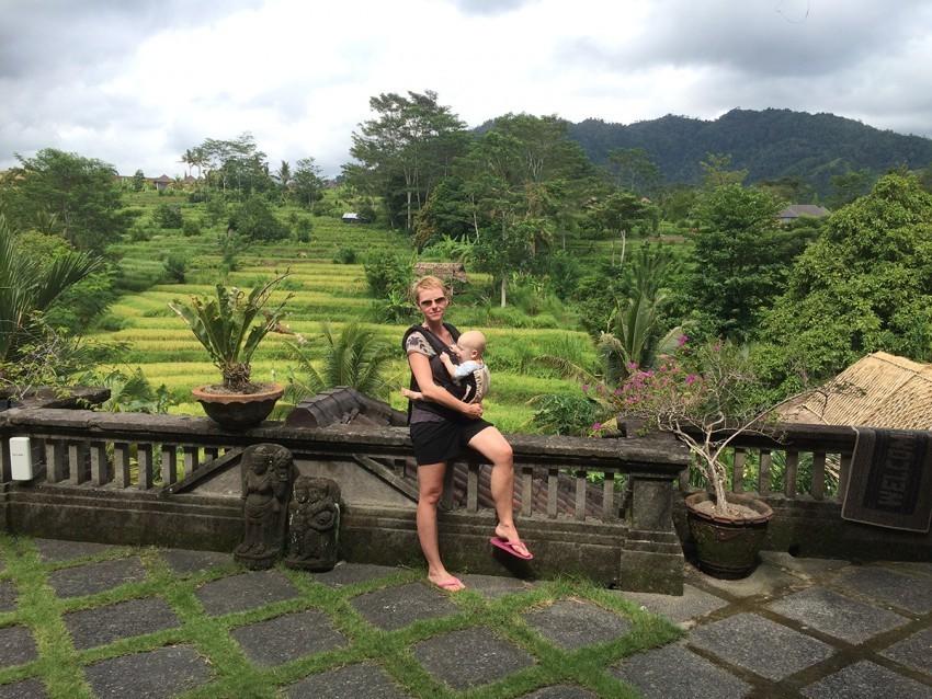 Gabirela mit Sohn vor traumhafter Naturkulisse auf Bali
