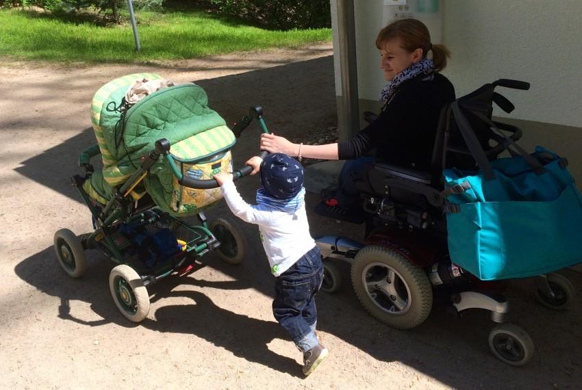 Der eine in Kinderwagen, die andere im E-Rolli: Mama und Sohn auf acht Rädern.