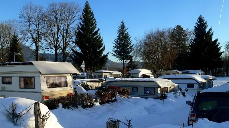 Aus dem Wohnwagen direkt in die winterliche Schneelandschaft: Ein Traum!