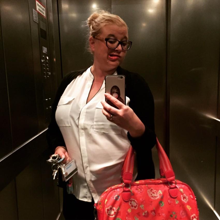 Tanja macht ein Selfie im Aufzug
