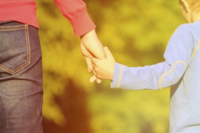 Ein kleines Kind braucht die Unterstützung der Eltern um sich zu entwickeln