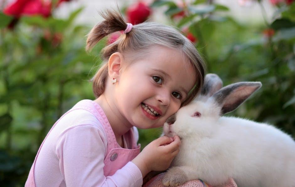 Osterferien Kind mit Hase