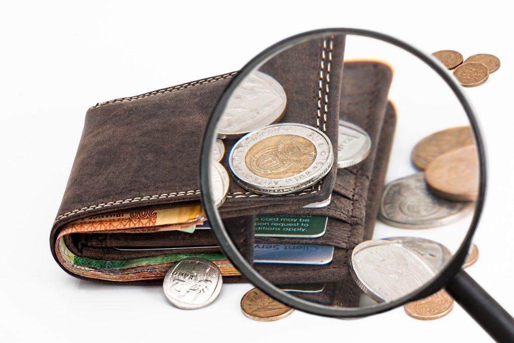 Geldbörse unter der Lupe
